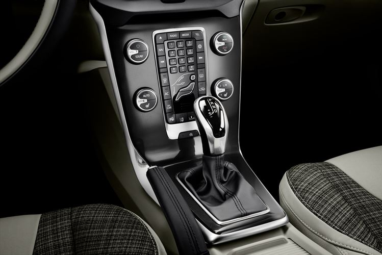 030-new-volvo-v40-with-city-weave-interior-and-black-grid-aluminium-decor-panel_880x500