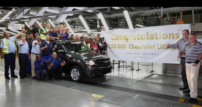 All smiles as the quarter millionth Chevrolet Utility rolls off the production line. Ian Nicholls, President and Managing Director of GM Sub-Saharan Africa Operations (second from right), Clayton Whitaker, Plant Manager (right), and the assembly team celebrated this milestone at the Struandale plant today.